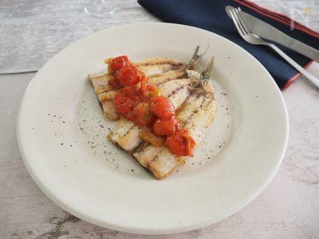 プチトマトをソースに。  加熱すると旨味がまして美味しいプチトマト。  鰯はシンプルにソテーするだけ。