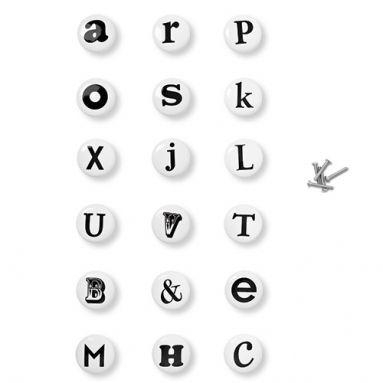 Porcelanowe gałki z wkrętami – od A do V. Dostępne w 18 wariantach liter i znaków. Jedna sztuka 6 zł.