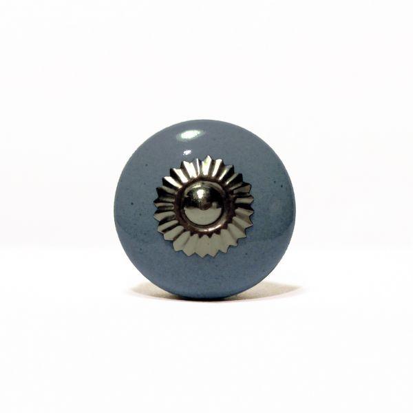 Gałka w stylu vintage w modnym kolorze niebieskoszarym.  Każdy egzemplarz został wykonany ręcznie. Mogą wystąpić różnice w kształcie i wykończeniu poszczególnych gałek.