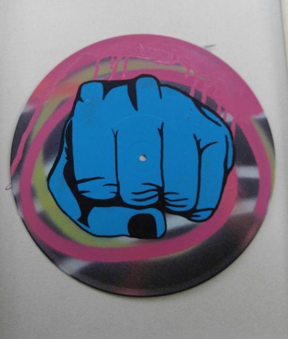 ChrisEcto - vuist Bump vol. 1  Artiest: Joshua Green aka ChrisEctoArtwork: Origineel schilderij op voorzien vinyl record.Gemaakt met verf acryl en olie pennen.Titel: Vuist Bump vol. 1Jaar: 2017Stijl: Pop/Street FusionAfmeting: 12 inchGesigneerd en genummerd door kunstenaarAftekeningen: gesigneerd en genummerd achterop.Verzending: Schilderij zal worden verzonden plat en met de grootste zorg verpakt.Over kunstenaar:ChrisEcto is een Amerikaans kunstenaar en is gevestigd in de Hudson Valley NY…