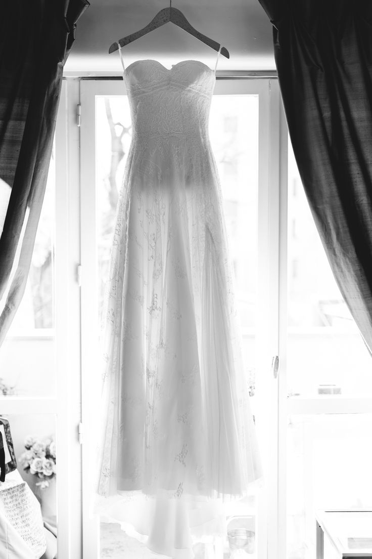 wedding dress// robe de mariage ; hanged dress// robe pendue ; skiss ; black&white photo// photo noir & blanc ; lace//dentelle  http://www.skiss.fr/