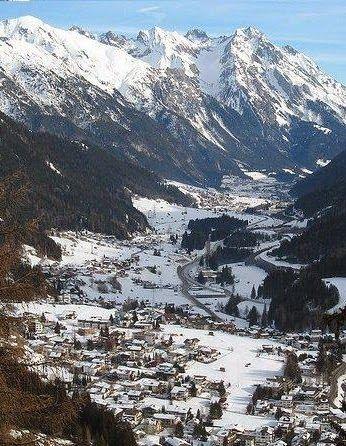 Sankt Anton am Arlberg, comúnmente conocida como San Anton, es un complejo localidad y la estación en el estado austríaco del Tirol. Se encuentra en los Alpes del Tirol, con tranvías aéreos y telesillas hasta 2.811 m (9.222 pies), produciendo una caída vertical de 1.507 m (4.944 pies).