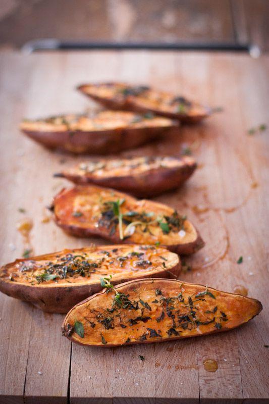 [ Sötpotatis i ugn med färska örter ] 3 lika stora sötpotatisar / flingsalt / svartpeppar / färska örter / olivolja. { Instruktioner } Tvätta potatisarna, dela dem längs med. Lägg i ugnsfast form m snittytan upp. Strö över rikligt med salt & svartpeppar. Hacka de färska örterna, lägg över potatisarna. Ringla sist en god olivolja över. Ställ in i 200° varm ugn ca 50 min tills potatisarna är genommjuka.