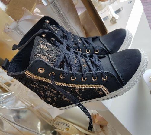 Χειροποίητα sneakers στολισμένα με δαντέλα και στρασιέρα  http://handmadecollectionqueens.com/Χειροποιητα-sneakers-με-δαντελα-και-στρασιερα  #handmade #fashion #sneakers #footwear #women #storiesforqueens