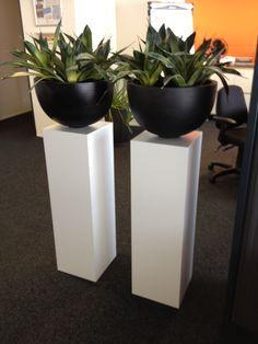 Sokkels / zuilen wit MDF op kantoor