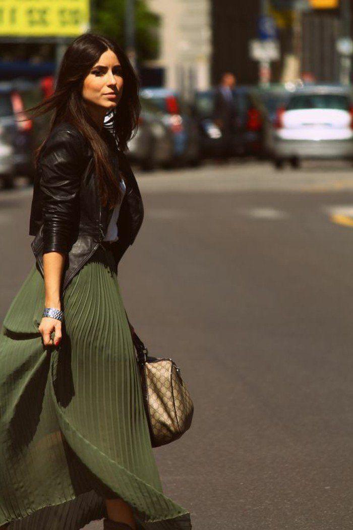 dernières tendances de la mode, jupe longue plissée vert foncé femme
