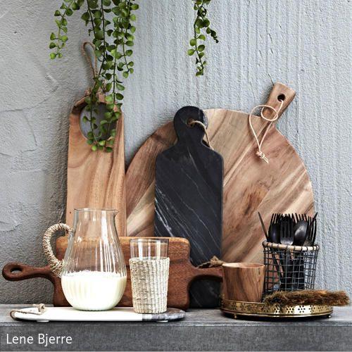 Eine Küche soll funktionell und schön sein. Warum nicht auch natürlich mit edlen Materialien wie Kirschholz und Olivenbaumholz. Wunderschöne Küchenbretter! Mehr auf roomido.com #roomido
