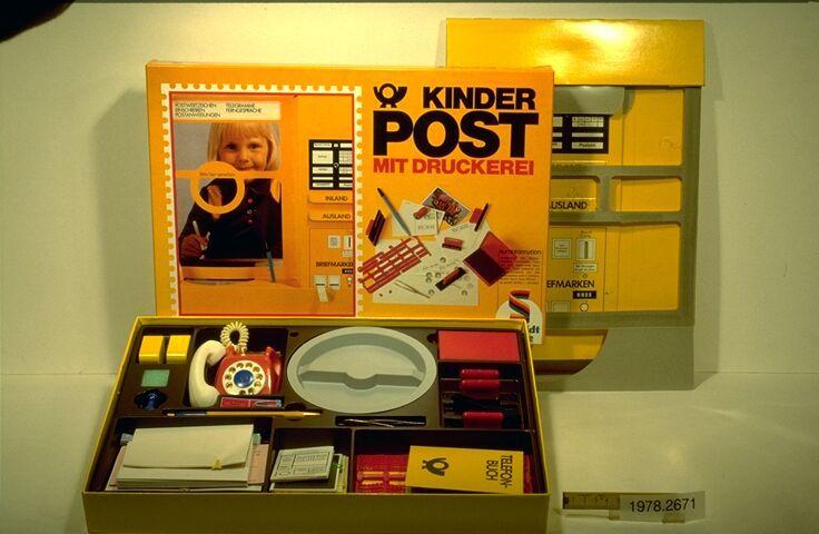 Einen eigenen Postschalter mit Briefmarkenverkauf, Postformularen, Papp-Briefkasten uns sogar Buchstaben zum Stempeldruck hat Schmidt Spiele damals verkauft.