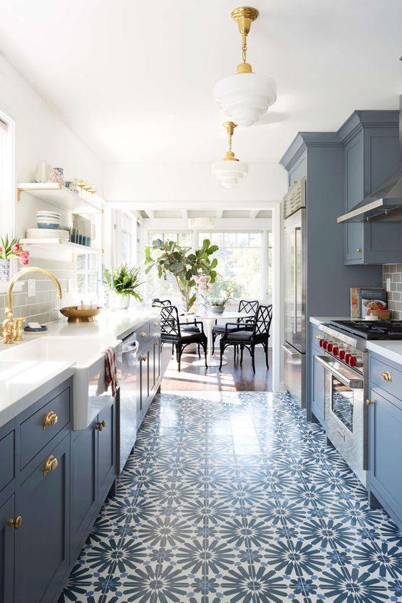 Carreaux de ciment et camaïeu de bleu dans la cuisine