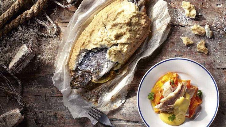 Pstrąg pieczony w soli z masłem musztardowym to jeden z naszych pomysłów na pyszny obiad! Wypróbuj i koniecznie daj znać, czy smakowało!