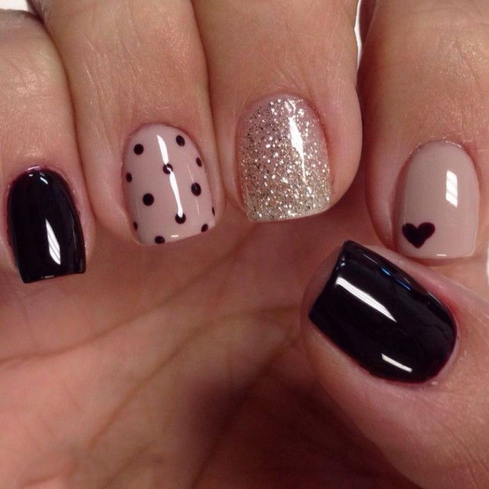 uñas decoradas con esmalte color rosa y negro