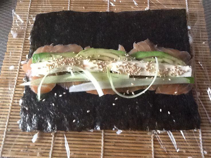 Sushi smoked Salmon' gerookte zalm, monchou, komkommer, japanse mayo,sesamzaadjes, lente ei en avocado