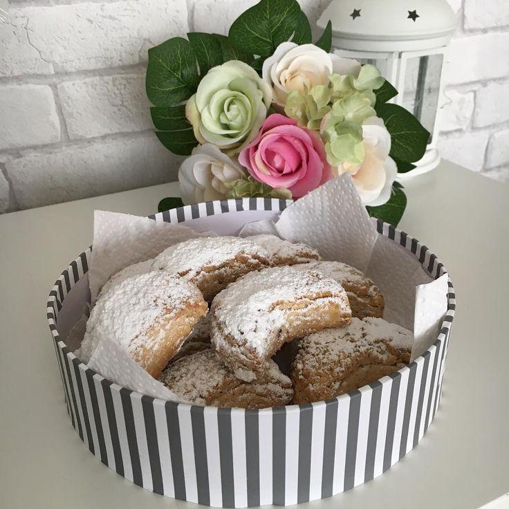 """265 Likes, 60 Comments - Emine Öztürk (@eminenin_lezzetlerii) on Instagram: """"Ağızda dağılan harika bir lezzet ile Günaydınlar Mutlu haftasonları 🌺💕🌺Cevizli ay kurabiyesi 250 gr…"""""""