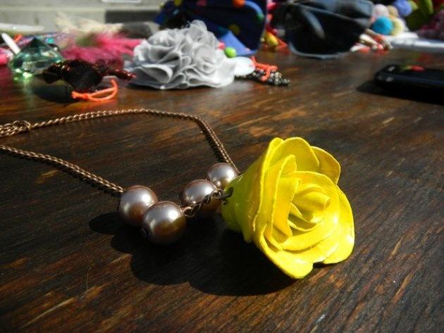 Collar con rosa hecha de papel maché,100% hecho a mano, y perlas falsas de vidrio para acompañar de Tienda Pazto