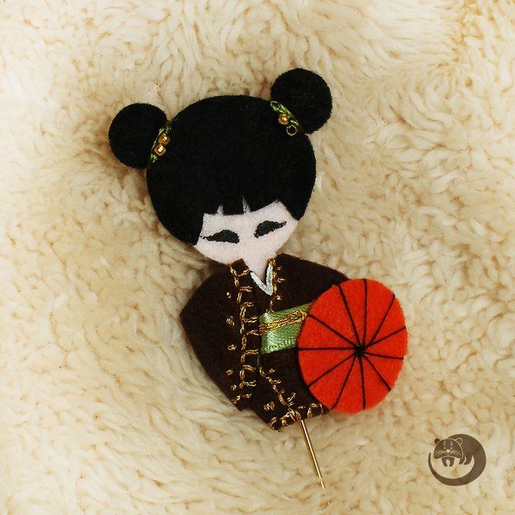 На создание этого мастер-класса меня вдохновила традиционная японская кукла-кокеши. Эти деревянные куклы отличаются простотой формы и очень органичной росписью (как наша матрешка). Каждая кукла раскрашивается вручную и обладает собственным характером и настроением. Красота через простоту — чудесная философия жизнелюбия. В своем мастер-классе я расскажу, как сделать из фетра пару зако…