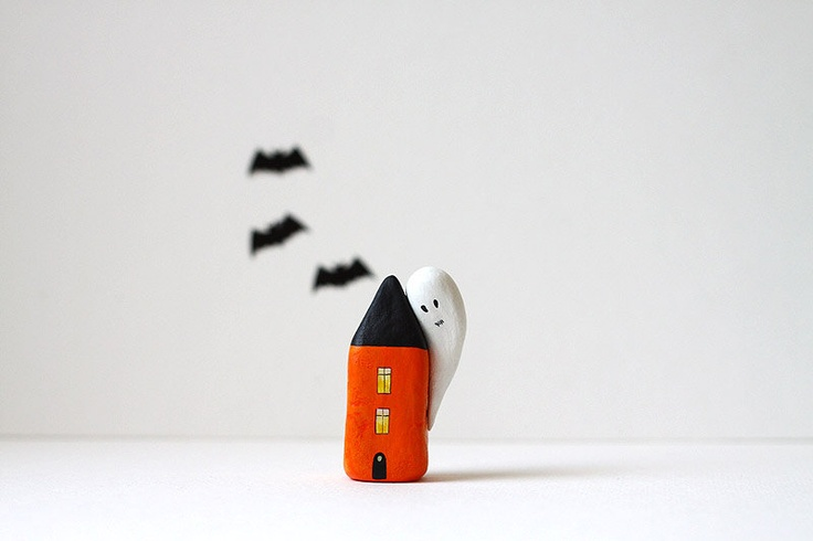 Etsy Transaktion - Halloween little clay house - black and orange with big ghost