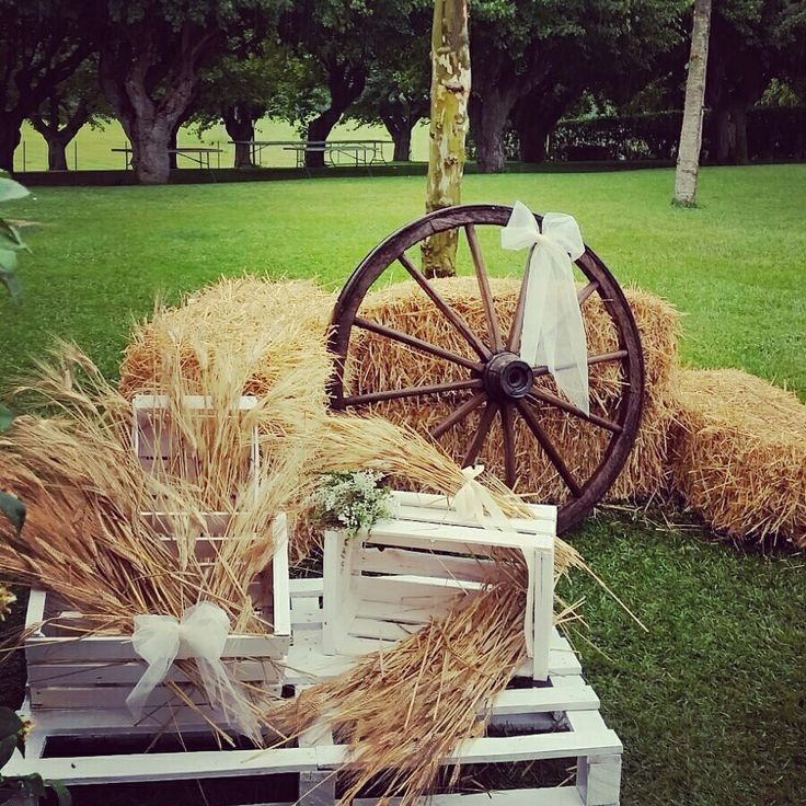 Country chic #wedding #countryside #Allestimenti country house matrimonio country #location balle di fieno & ruota di carro #decorazioni con spighe di grano e erbe aromatichr