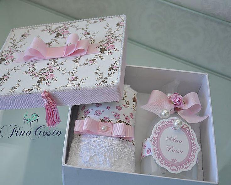 Para presentear a sua obstetra, a mamãe Danny escolheu essa linda caixa com toalha de lavabo e sabon - finogostomimoselembrancas