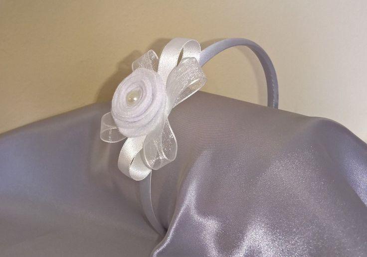 Cerchietto per capelli bianco decorato con romantico fiore in feltro e nastri., by Panna e Fragole, 8,00 € su misshobby.com