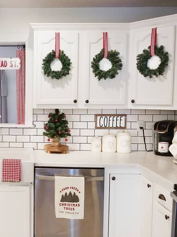 24 must see christmas kitchen decor ideas christmas kitchen decor christmas kitchen homemade on kitchen cabinets xmas decor id=90943