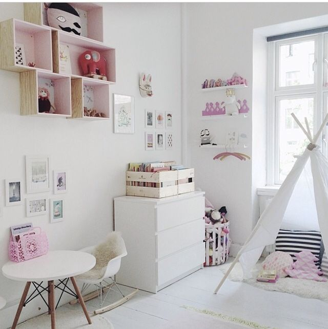 Sweet pink and white kidsroom