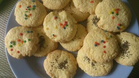 Glutenvrije koekjes (maiszenakoekjes) 400Gr maïzena 200Gr boter 200gr suiker  16Gr vanillesuiker 3 eieren Suikermuisjes. Recipe : 400Gr cornflower 200Gr butter 200gr suger 16Gr vanillasuiker 3 eggs Suikerballs.