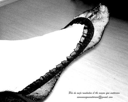 Os pés de anjo rendados d'As Moças que Costuram são finas sapatilhas de renda, em várias cores.  #pesdeanjorendados #renda #meiasderenda #sapatilhas #ballet #saltoalto #meias #sapatos #heels #highheels