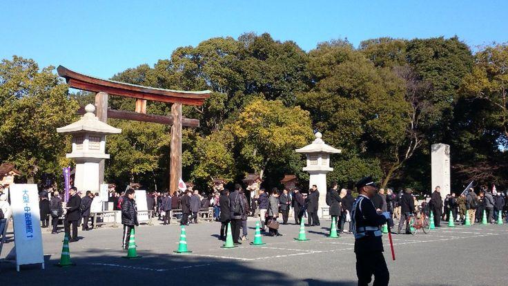 建国記念の日は神武天皇が紀元前660年2月11日(神武天皇元年1月1日)に橿原宮で即位したことを記念するもの。橿原神宮では勅使参向のもと紀元祭が執り行われます。