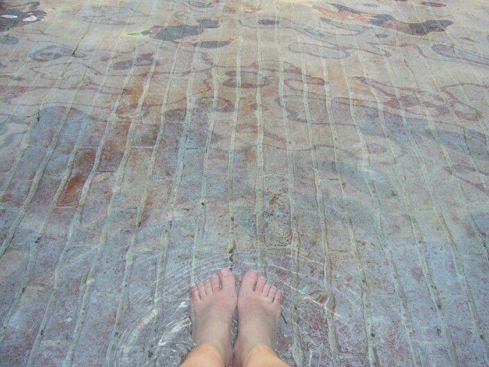 Refrescando los pies del calor de Agosto en Milán. Italia/ Cooling my feet from August' hot temperatures. Milan. Italy