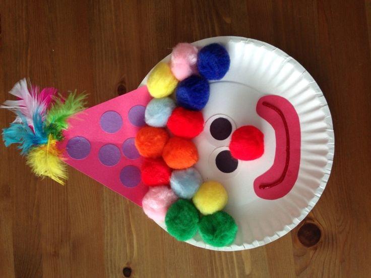 Clown aus Pappteller und Pompoms gestalten