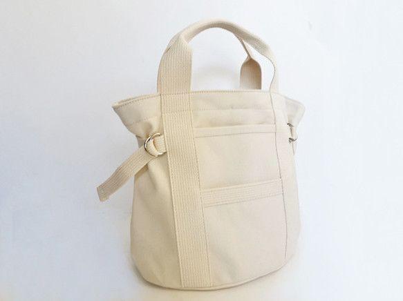 耐久性に優れた国産素材、8号帆布のバッグ。手荷物、日々のコーディネートに合わせ、サイドのテープの調節で、フォルムの変化を楽しめます。内側1ヶ所、外側2ヶ所のポケットが細かいものの出し入れもしやすく、バケツタイプのバッグは、普段使いに程よい収納力のトートバッグです。国産、素材にこだわり丁寧に生産しております。素材表地:綿/100% 内外側ポケット3箇所 ホック/金属サイズ:W~36cm H24cm D19cm ■ハンプのお手入れについて生地によってはハリを保つ為の糊加工がされています。一度洗うと糊が取れて、ハリが無くなったり、柔らかくなったり、色落ちも見られます。やむおえずお洗濯をする場合は、蛍光漂白剤の入っていない中性洗剤での手洗いをお薦めします。※手作業で制作しておりますので作品ごとに色や形がわずかに異なる一点ものとしてご理解ください。※ご購入前に作品の「サイズ」や「素材」を十分にご確認頂きますようお願い致します。※画面上と実物では色が異なって見える場合があります。ご不明な点がありましたら、お問い合わせください。※複数作品のご注文の際、実際の送料と若干の誤差...