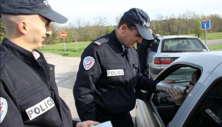 Un homme en voiture avec sa femme se fait arrêter par la police. L'agent : – Bonjour Monsieur. Vous rouliez à 135 km/h dans une zone à 100 km/h. – Non, m'sieur l'agent. Je roulais à peine à 105 km/h. La femme : – Voyons, Gaston, tu roulais au moins à 135, si c'est pas …