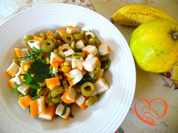Insalata di surimi con olive e mais http://www.cuocaperpassione.it/ricetta/15381f4c-9f72-6375-b10c-ff0000780917/Insalata_di_surimi_con_olive_e_mais