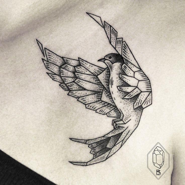 Tatouage d'hirondelle -graphique, géométrique, toujours en vol, juste magnifique!-