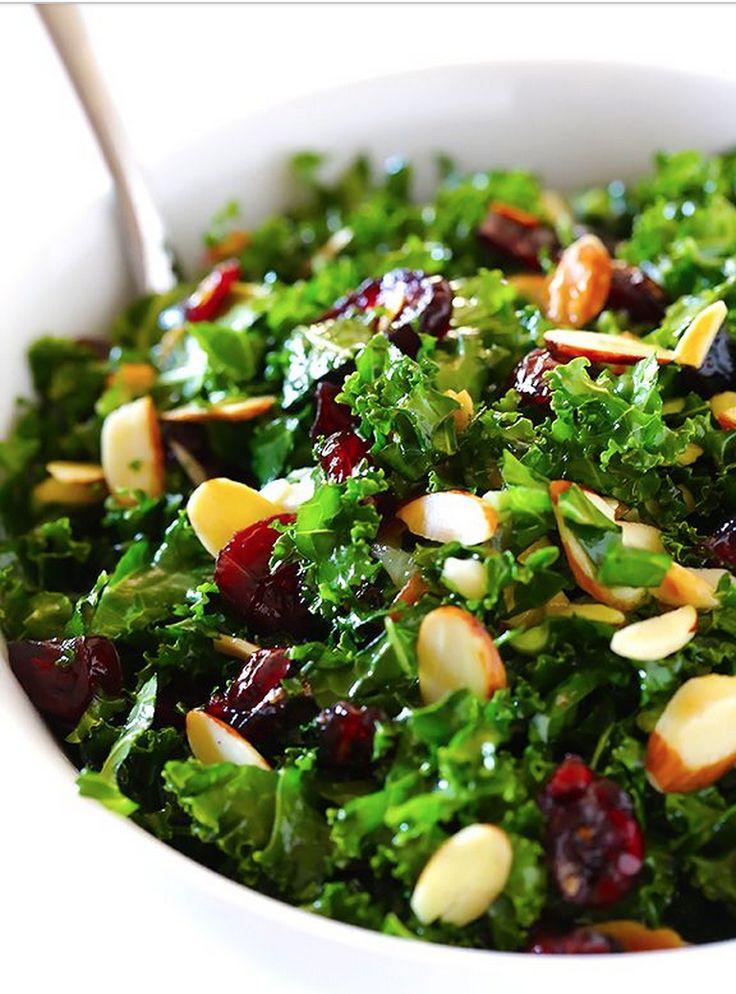 Le kale a tendance à être un peu raide, chewing-gum, ... Le kale a tendance à être un peu raide, chewing-gum, mais c'est un dur au grand coeur ! Pour l'attendrir, massez-le tendrement avec de l'huile d'olive, du citron pressé et un peu de sel. Puis laissez-le mariner quelques heures dans cet assaisonnement au frigo.