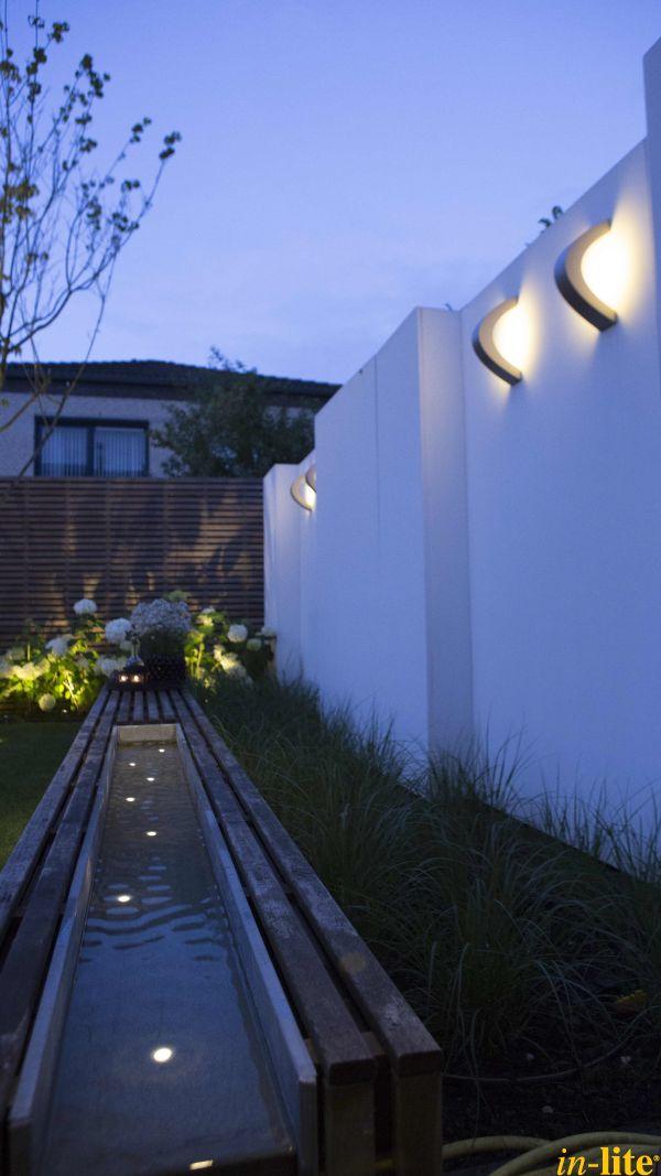 Maak van jouw schutting een echte eye catcher door wandlamp CURV   Buitenverlichting 12V   grondspot DB LED in waterbak   Outdoor lighting   Tuin