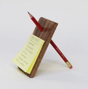Writer's Block: Base de piedra o madera para tus notas, donde el lápiz cumple la función de soporte...