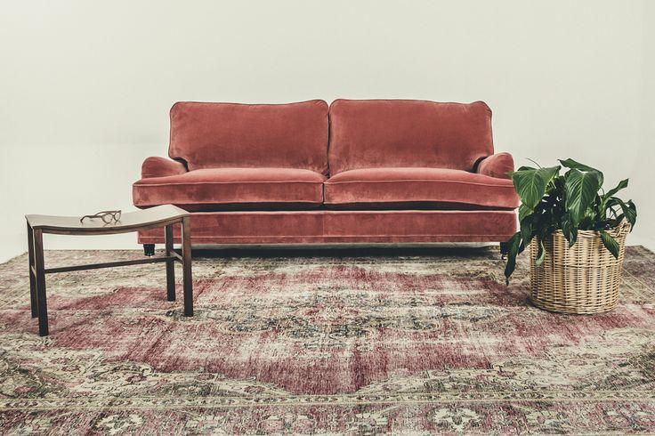 Rosa Lejonet sammetssoffa, Howard, Howardsoffa, sammet, soffa, möbler, vardagsrum, inredning