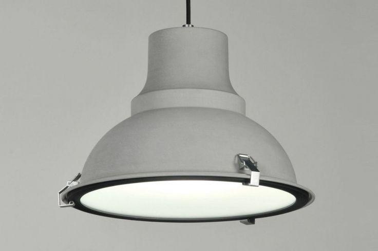 Artikel 71161.Landelijke industriële hanglampen; de trend van 2014! Deze unieke lamp heeft een diameter van 39cm. Een aluminium 30-er jaren lamp; stoer in belijning en topklasse wat betreft oppervlaktebehandeling en afwerking! Deze lamp voor aan het plafond heeft een bijzonder aantrekkelijke prijs. Uitgevoerd in old finished grey (kleur mat grijs).