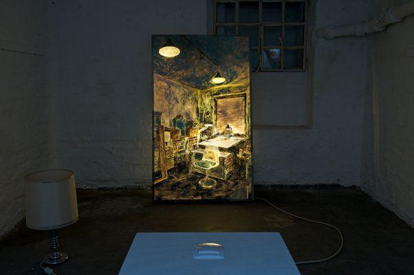 """Magda Jarząbek, """"You are here"""",  2012, Leuchtbild-Installation, Öl auf Acrylglas, 133 x 80 cm, Mit der Maus wechseln Sie zwischen Tag und Nacht, (Foto: Frîa Hagen)"""