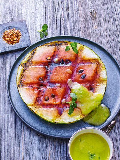 Warum landen eigentlich immer nur Würstchen, Steaks und Maiskolben auf dem Grill. Dabei gibt es so viele andere Leckereien, die sich ohne viel Aufwand über glühenden Kohlen zubereiten lassen. Zum Beispiel Melonen!