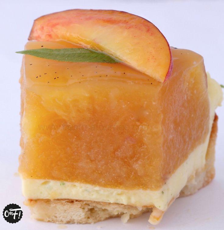 La tarte aux pêches royale de Jeffrey Cagnes - Pêches jaunes au sirop, gelée de pêches blanches et crème diplomate verveine citron, sur pâte sucrée