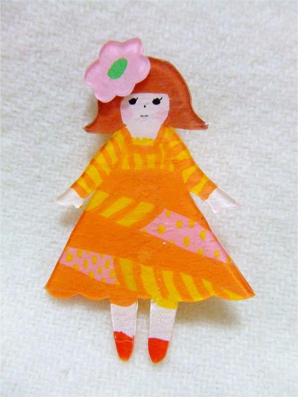 お花の髪飾りをつけた女の子のブローチです。少しぽっちゃり気味です。 ブローチ金具は縦方向についています。プラスチック・金属 縦 約5cm 横 約3.5㎝ 厚み...|ハンドメイド、手作り、手仕事品の通販・販売・購入ならCreema。