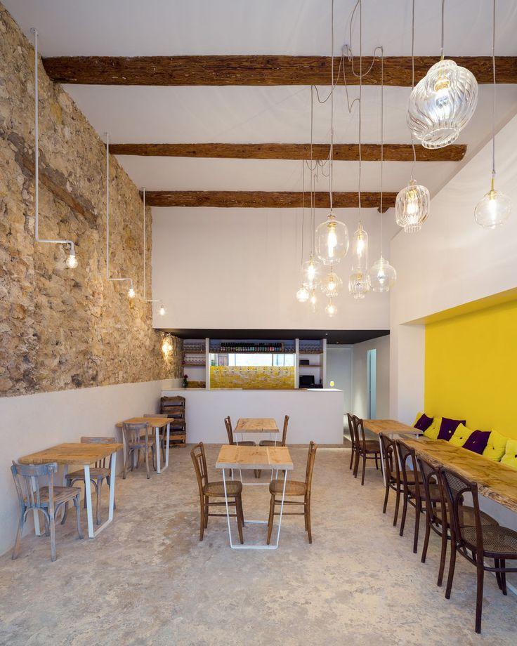 bertrand guillon architecture - architecte - marseille - Fietje - bar à bières - beer bar - mur jaune - bistrot - table chêne massif - verre soufflé - suspensions en verre - poutres apparentes - comptoir - bar - bière - zelliges - zellige jaune - pierre