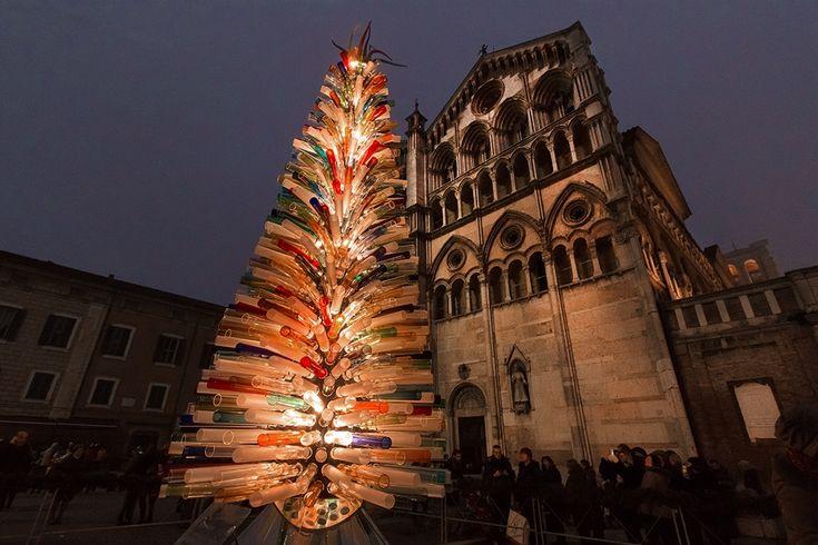 FERARRA: realizzato dal maestro vetraio Simone Cenedese, l'albero artistico davanti alla Cattedrale è composto da mille tubi in vetro di Murano che al calar della sera rendono l'atmosfera magica