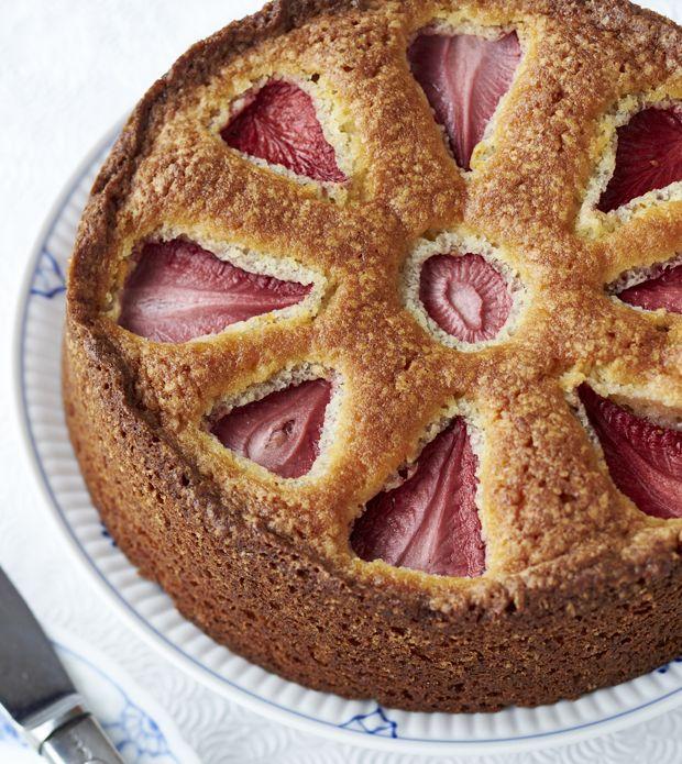 Brug sommerens sødeste bær til en svampet kage med jordbær, og nyd den sammen med venner og familie.