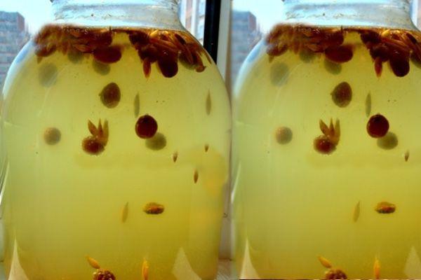 Приготовление кваса на меду с изюмом