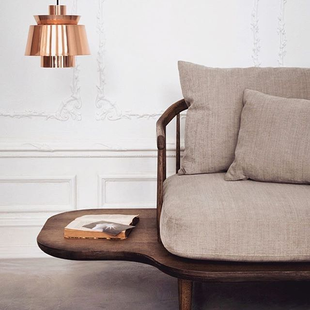 Copper, smoked oak & linen - I'm sold @andtradition ✔️ The 'FLY' sofa by Space Copenhagen with its references to  the mid century era sits well beside the 'UTZON' pendant designed by Sydney Opera House Architect Jørn Utzon // image via @oakthenordicjournal