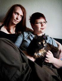 """Vio Szabo (till höger) med flickvännen Nova Colliander. Vio är varken man eller kvinna utan ser sig som """"intergender"""". Nova är transsexuell; hon föddes med pojkkropp, men är idag kvinna."""