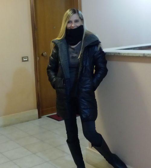 Raffaella della redazione di Stiletico indossa piumino Plush by Quagga e stivali Liverpool by Camminaleggero.
